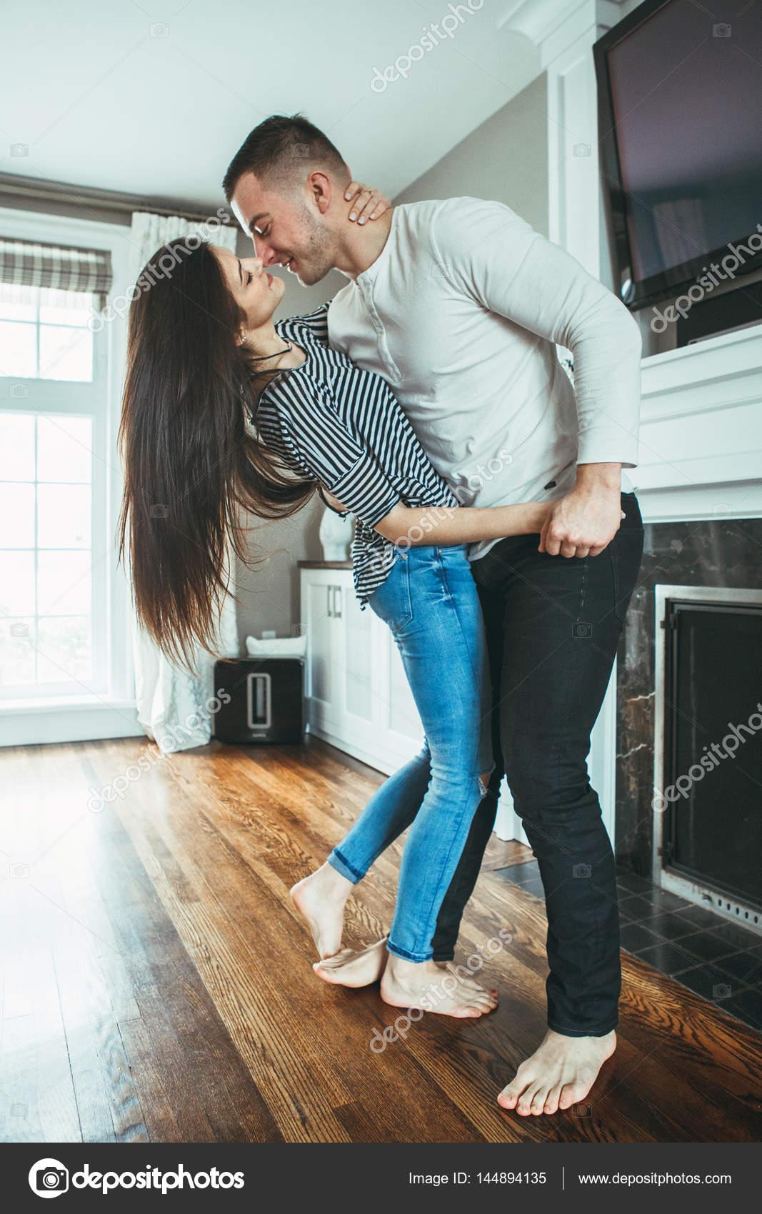 Откровенное фото женщин дома, порнуха классическое в чулках и белые трусики