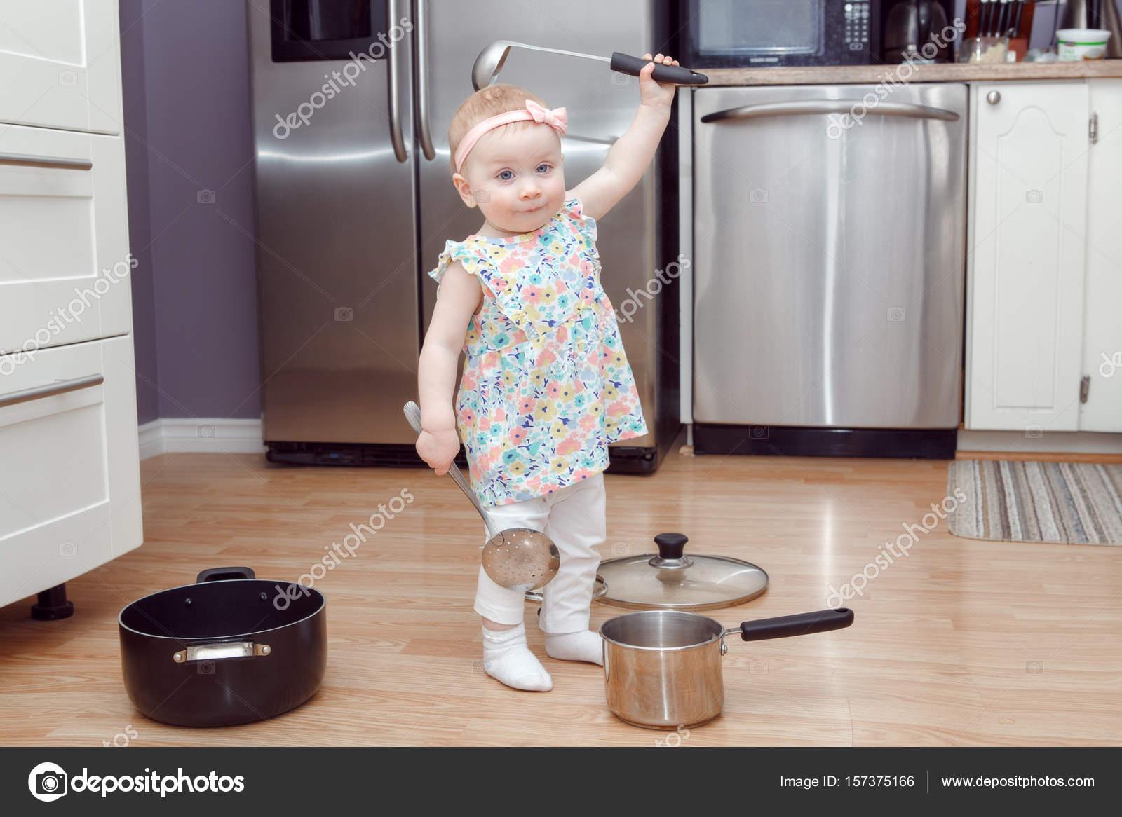 blonde Mädchen spielen in der Küche — Stockfoto © AnoushkaToronto ...
