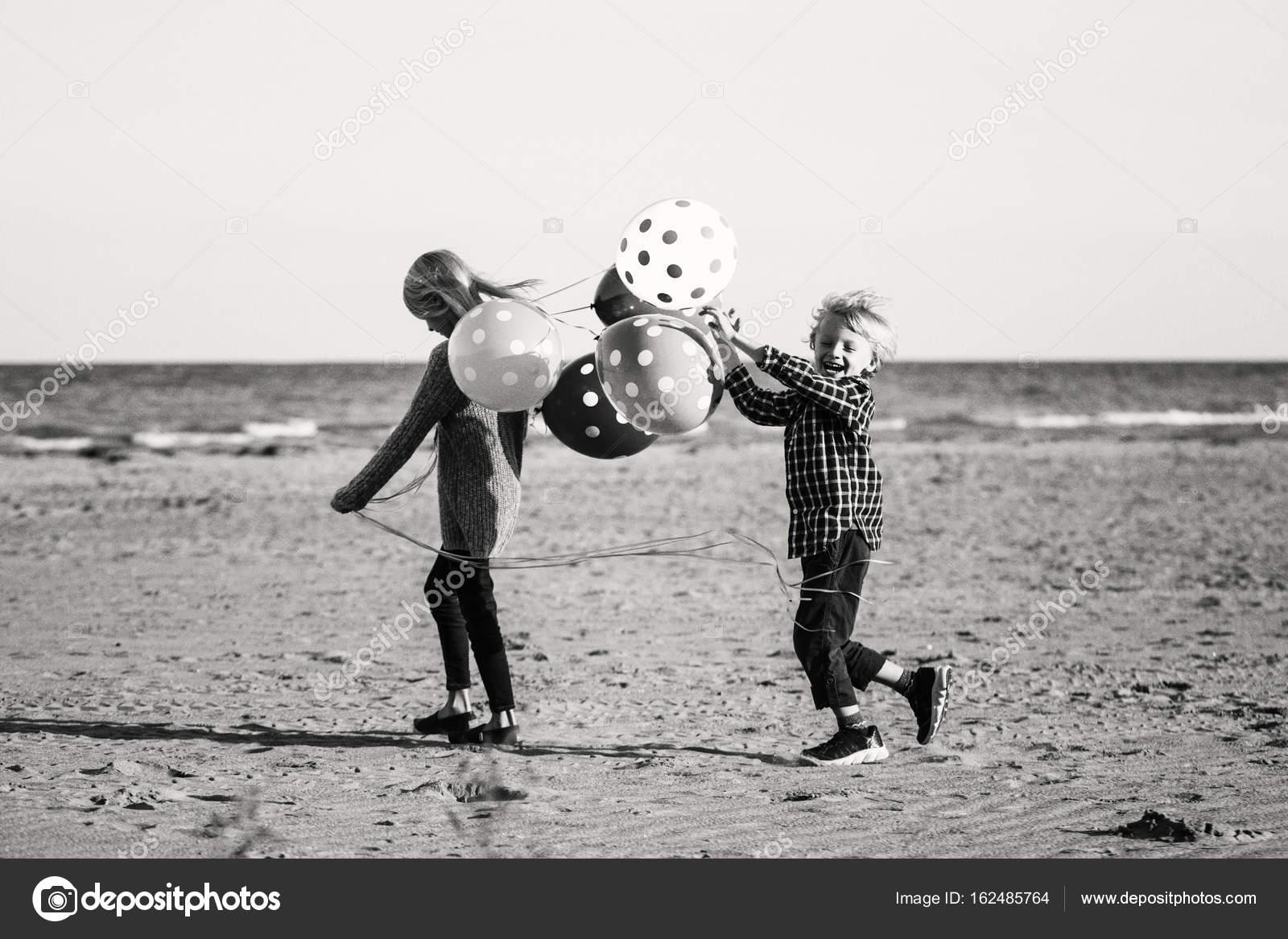 Bambini Che Giocano Sulla Spiaggia Foto Stock Anoushkatoronto