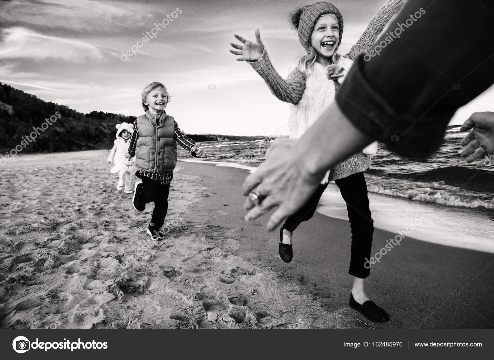 Bambini Che Giocano Sulla Spiaggia Delloceano Foto Stock