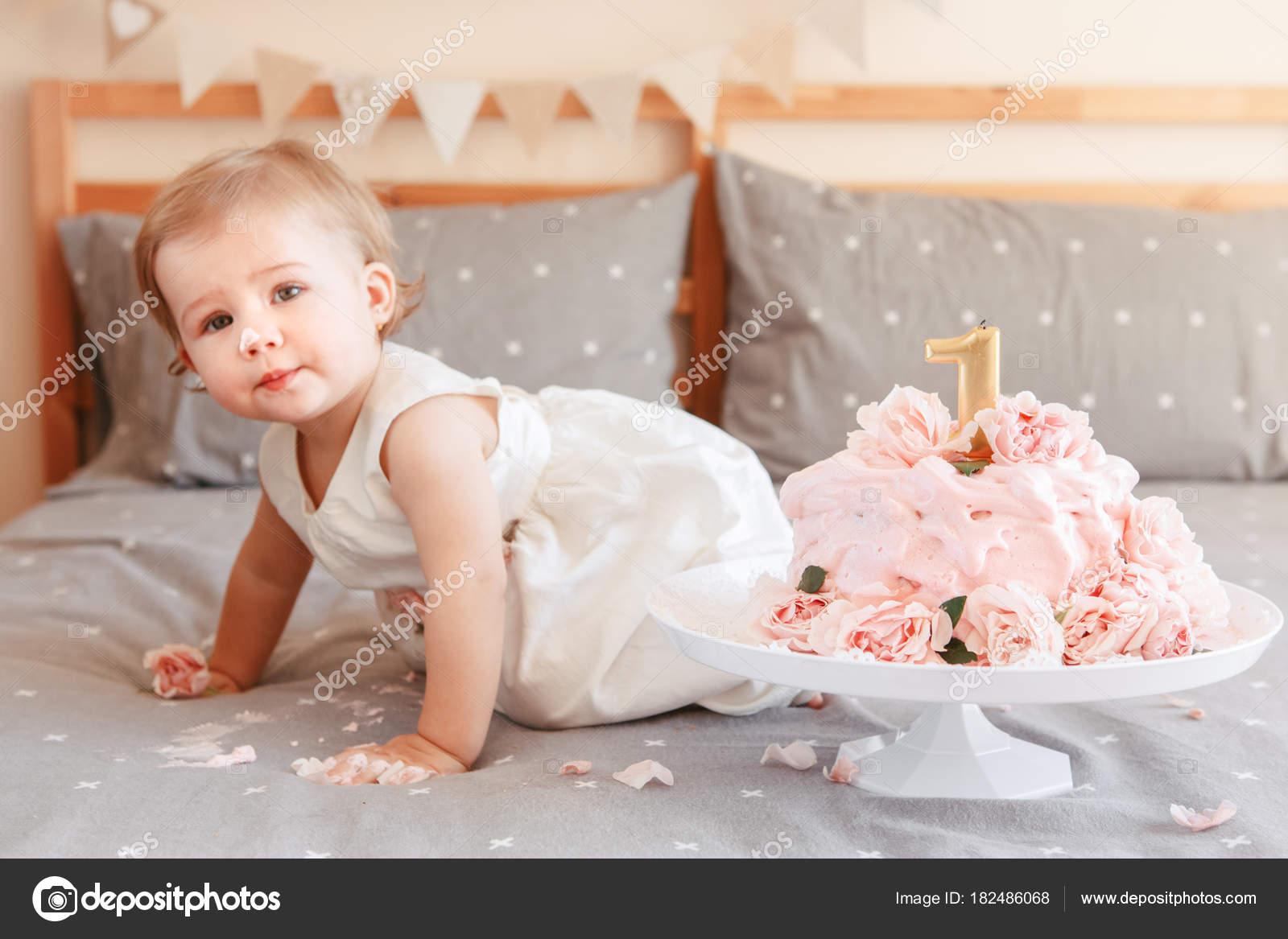 Porträt Von Netten Liebenswert Kaukasischen Blonde Baby Mädchen ...