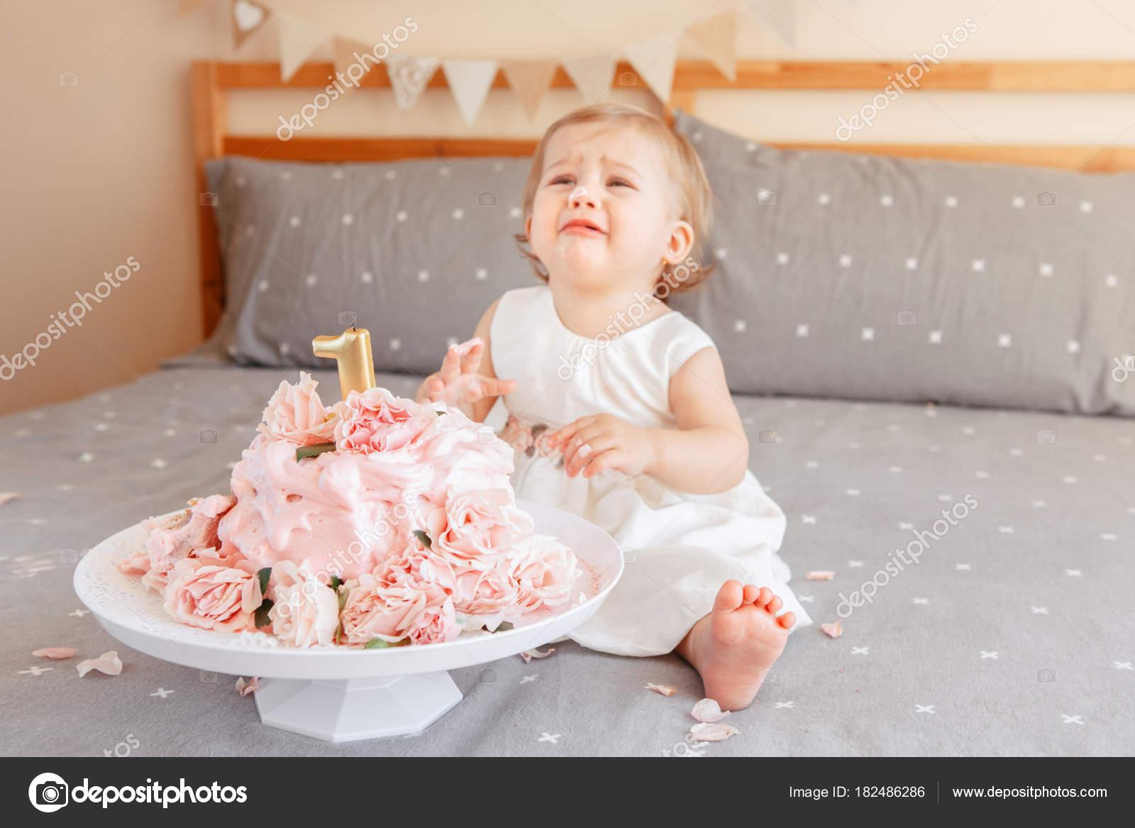 Porträt Von Niedlichen Verärgert Kaukasischen Blonde Baby Mädchen ...