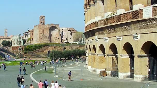 Řím, Itálie - 25 března 2017: Lidí, kteří jdou v Římě, v pozadí Koloseum