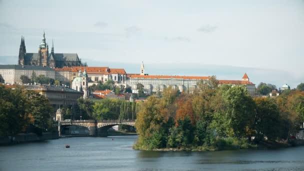 Řeka Vltava. Praha Staré město panorama timelapse, Česká republika.