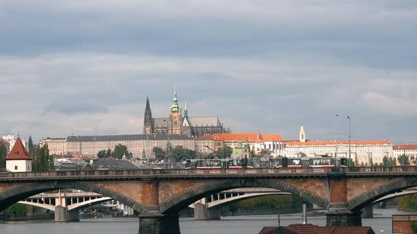 Praha, Česká republika - říjen 2017: řeka Vltava. staré město panorama, Česká republika