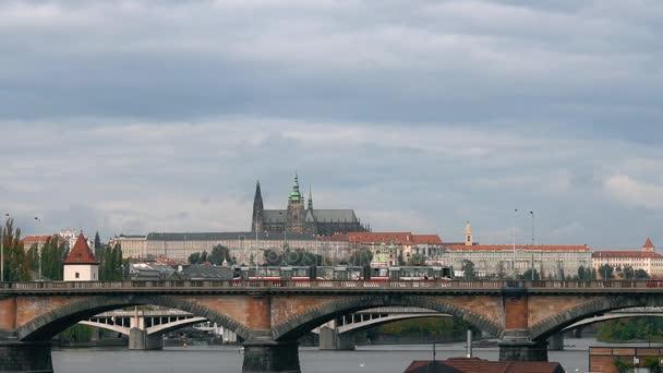 Praha, Česká republika - říjen 2017: řeka Vltava. staré město panorama, Česká republika.