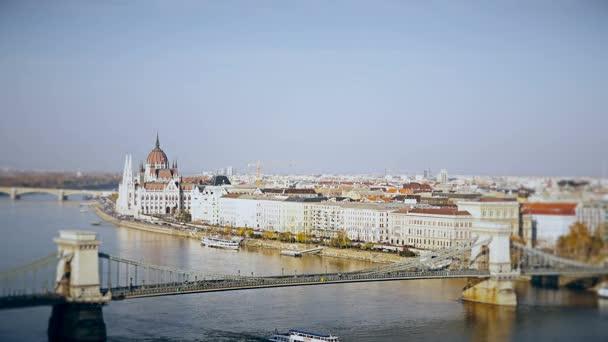 A Duna és az Országház, Magyarország Budapest panorámáját. Légifelvételek Budapest. Magyarország. Gyorsított. Tilt-Shift