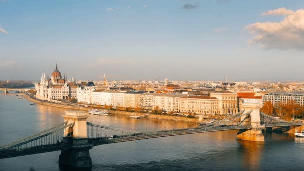 A Duna és az Országház, Magyarország Budapest panorámáját. Légifelvételek Budapest. Magyarország. Time-lapse.