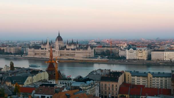 A Duna és az Országház, Magyarország Budapest panorámáját. Légifelvételek Budapest. Magyarország. Gyorsított. Este.