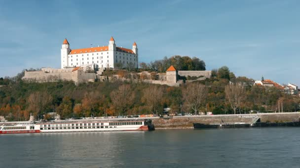 Panorama z Bratislavy s Dunajem a zámecké budovy, Slovensko. Letecký pohled na Bratislava, Slovensko. Časosběr
