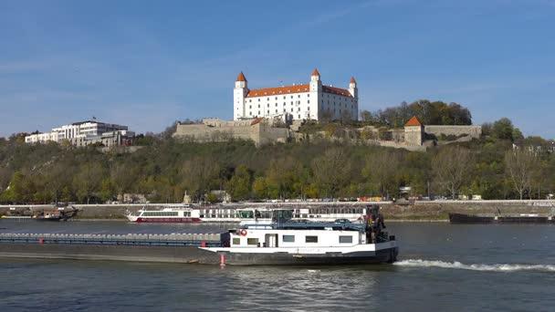 Starý Hrad - starobylý hrad v Bratislavě. Bratislava je obsazení obou březích Dunaje a řeky Moravy. Bratislava-ohraničení dva státy, Rakousko a Maďarsko.