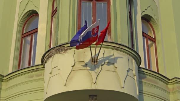Bratislava, Slovensko - listopad 2013: slovenské a Evropské vlají v Bratislavě. Bratislava je obsazení obou březích Dunaje a řeky Morava