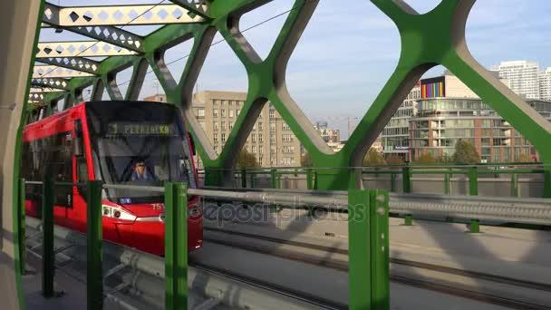 Bratislava, Slovensko - listopad 2017: Tramvajové jízdy přes most v Bratislavě.