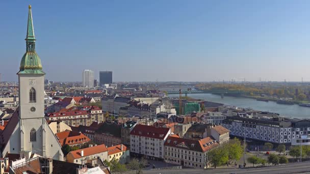Panorama z Bratislavy s Dunajem a zámecké budovy, Slovensko. Letecký pohled na Bratislava, Slovensko. Časosběr.