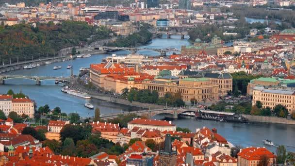 Letecký pohled na staré město architektury s červenou střech v Praze, Česká republika. Řeka Vltava. staré město panorama, Česká republika.