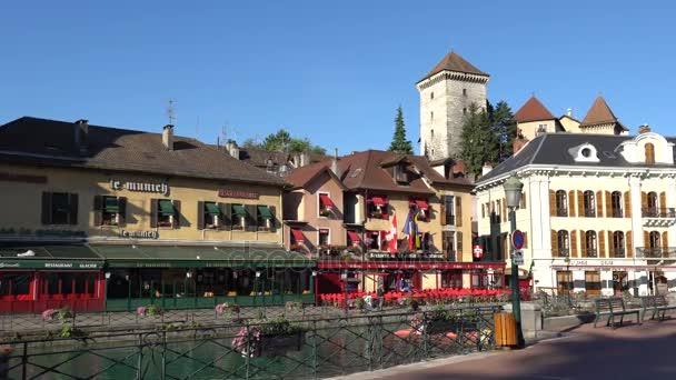 Annecy, Francie - červenec 2017: Pohled na historické centrum města Annecy. V ulicích Annecy. Annecy je největší oddělení města Haute Savoie a je známo, že nazývat francouzské Benátky
