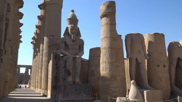 Luxor Temple v Luxoru, starověké Théby, Egypt. Luxor Temple je velký starověký egyptský chrámový komplex se nachází na východním břehu řeky Nil a byl postaven přibližně 1400 př. nl.