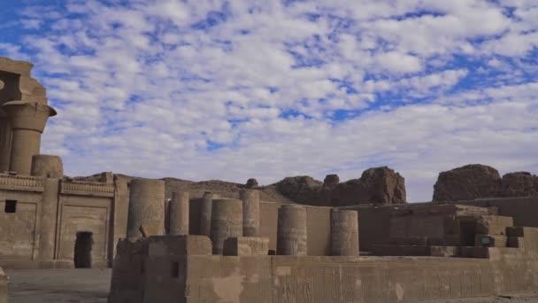 Chrám omba Kom. Kom Ombo je zemědělské město v Egyptě známé pro chrám Kom Ombo. Původně to bylo egyptské město jménem Nubt, to znamená město zlata..
