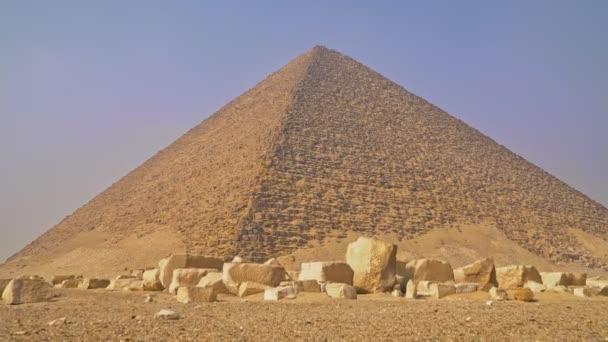 Červená pyramida. Červená pyramida, také nazývaná severní pyramida, je největší ze tří hlavních pyramid umístěných v Dahshur nekropolis v Káhiře, Egypt.