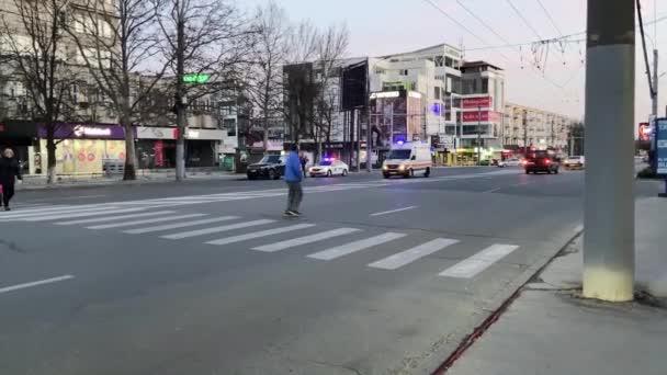 CHISINAU, MOLDOVA - 01. APRIL 2020: Rettungswagen fahren schnell über eine leere Stadtstraße, fegen vorbei und fahren davon. Lautes Hupen und blaues Blinklicht auf Einsatzfahrzeug