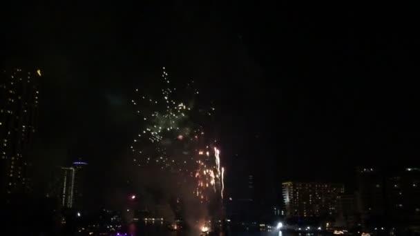 Tűzijáték a Chao Phraya folyó visszaszámlálás ünnep fél 2016 Bangkok Thaiföld