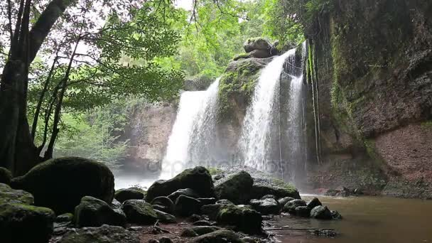 Úžasné vodopády v hlubokých lesích na Haew Suwat vodopádu v národním parku Khao Yai, Thajsko
