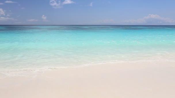 Idylické tropické tyrkysové pláž bílého písku pobřeží v Andamanském moři Thajsko Koh Tachai Island