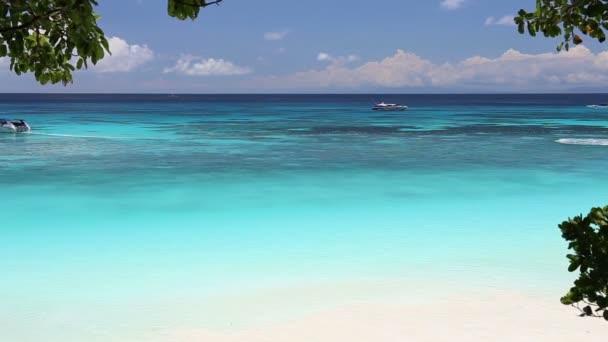 Idylické tropické tyrkysové pláž s bílým pískem břehu a loď na Andamanské moře Thajsko Koh Tachai Island