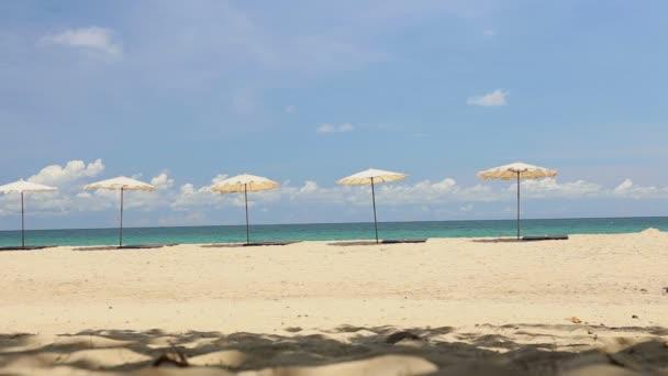 A délutáni időben gyönyörű trópusi tengerpart esernyő