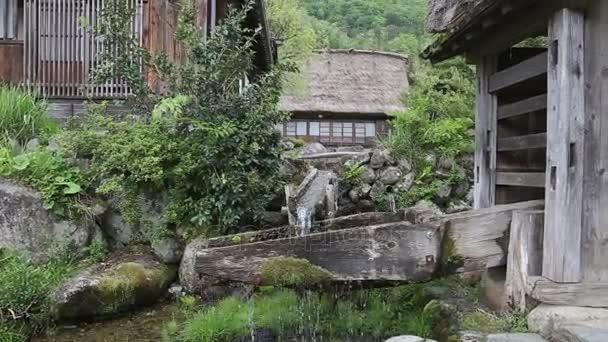 Japonská Zenová zahrada vodní tok v Shirakawago tradiční vesnice v prefektuře Gifu, Japonsko. To je Unesco světového dědictví UNESCO