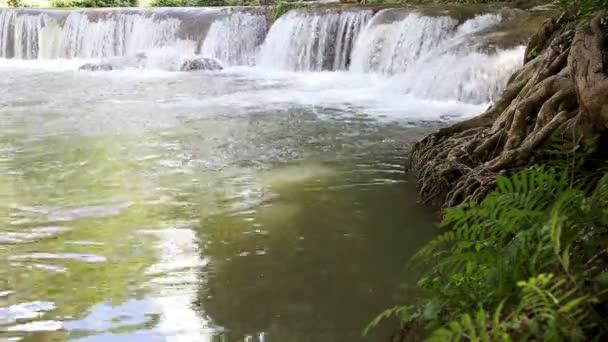 Paradise vodopád v lese na v Namtok Chet Sao Noi Saraburi, Thajsko