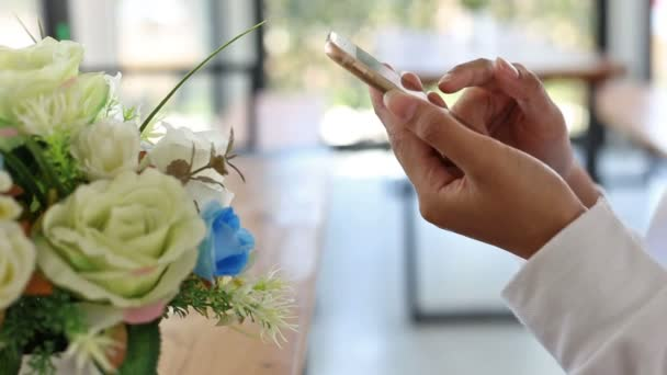 Attraktive Frau mit Handy oder Smartphone sitzen im café