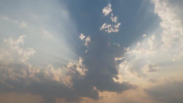 Time Lapse Ray světlo a mrak pohybující se ve večerní den.