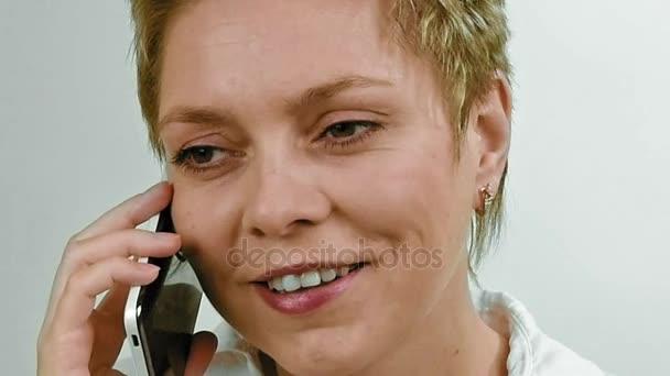 Kurze Haare Blonde Frau Die Gespräche Mit Dem Handy