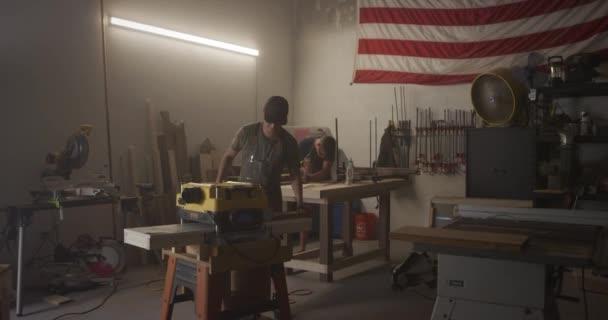 Holzarbeiter arbeiten in Garage