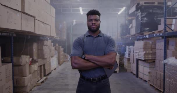 Afrikai amerikai menedzser portréja a raktárban