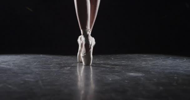 Baletní účinkující v tmavém studiu