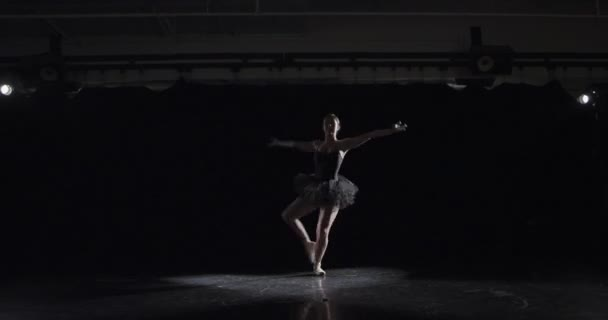 Balletttänzer im dunklen Studio