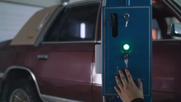 Pracovník z aut výtah staré auto