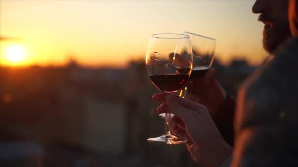 Dvě ruce a skleničku silueta na sunset.