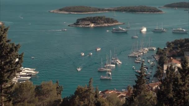Přístav staré město jadranský ostrov Hvar. Pohled z vysokého úhlu.
