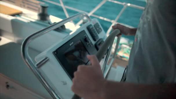 Chorvatsko, 30 května 2017: Skipper drží jachta kolo, nelze rozpoznat osobu