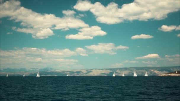 Plavba lodí Luxusní jachta s bílými plachtami na moři