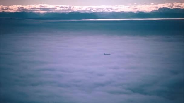 Verkehrsflugzeug fliegt über Wolken