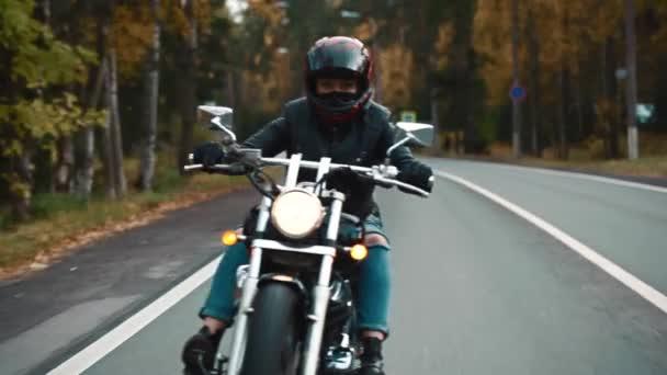 Aktivní sexy dívka jízda na motorce, vintage styl, pojetí happy dobrodružství