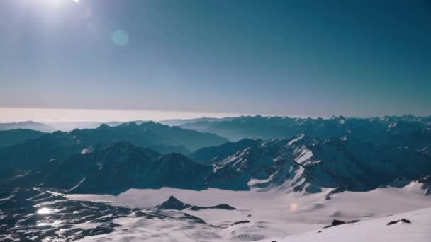 V horách. Zimní krajina. Elbrus. Kavkaz