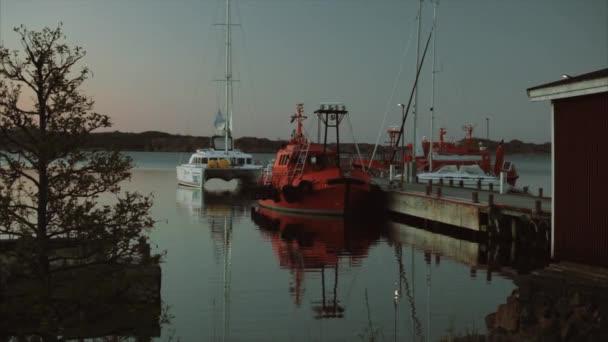 Jachty a červené lodě v přístavu Severní