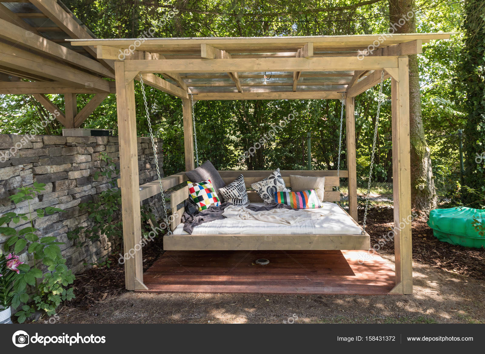 rocking bed pergola garten bett mit kissen stockfoto nadak2 158431372. Black Bedroom Furniture Sets. Home Design Ideas