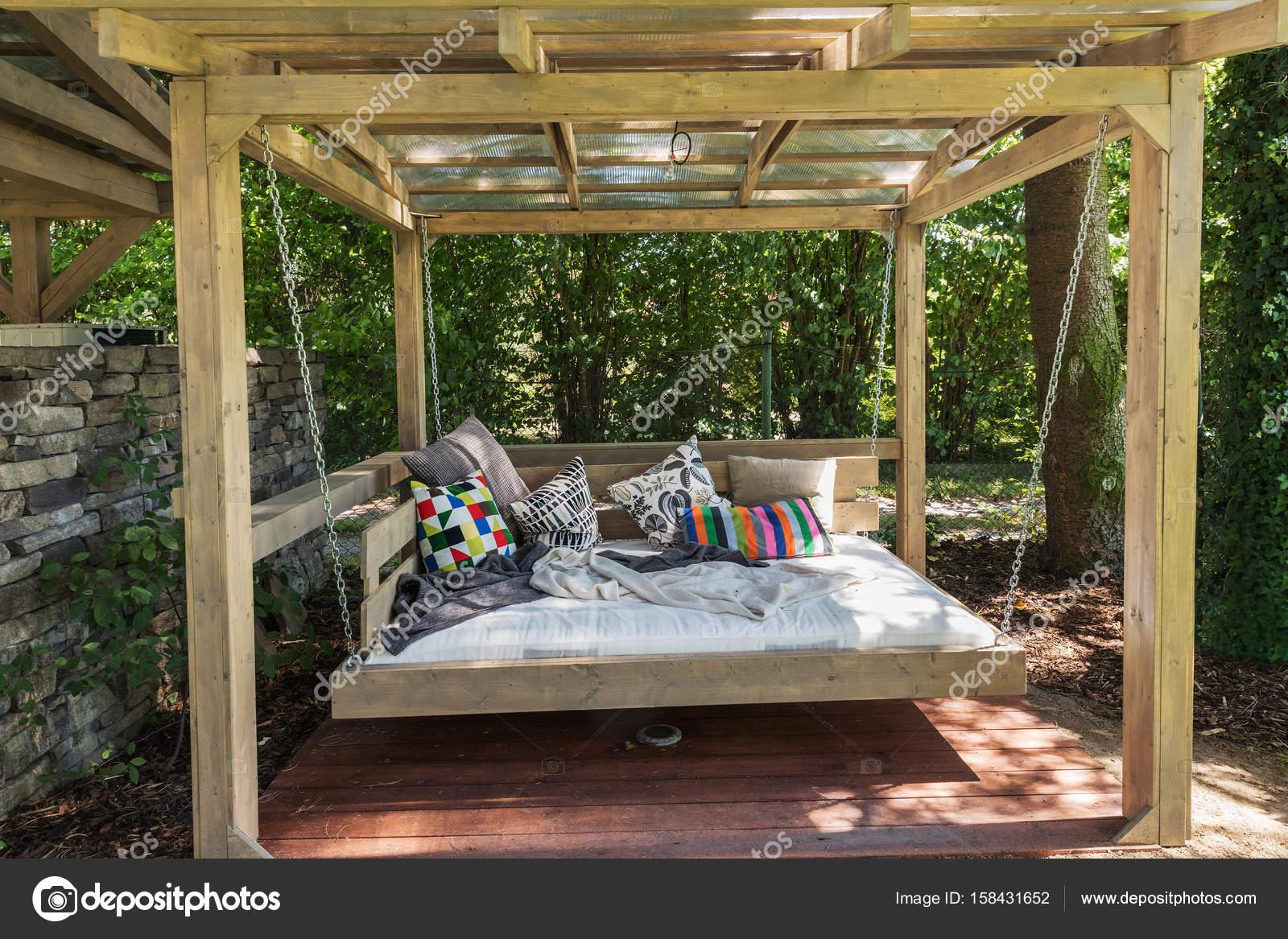 Pergola In Tuin : Rockende bed pergola tuin bed met kussens u stockfoto nadak