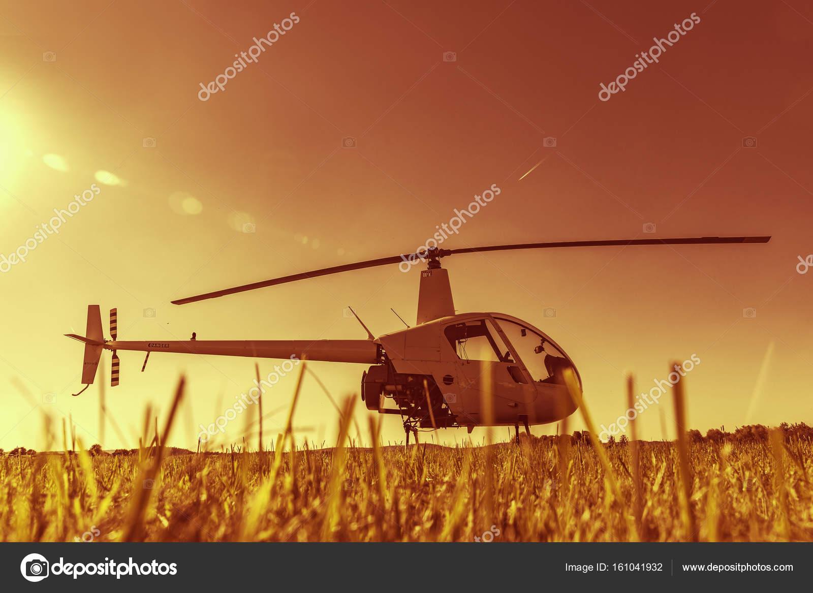 Elicottero R22 : Piccolo elicottero leggero multiruolo di robinson r parcheggiato